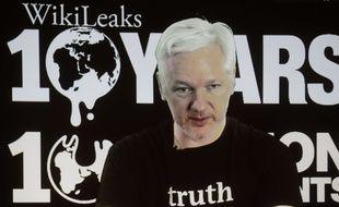 Le fondateur de WikiLeaks Julian Assange en visioconférence depuis Londres, le 4 octobre 2016, lors d'une conférence de presse à Berlin pour les 10 ans de la plateforme.