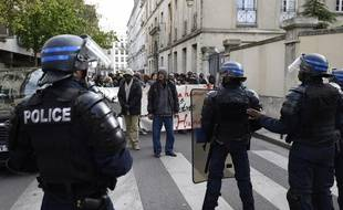 Des manifestants ont bloqué l'entrée du lycée Jean-Jaurès à Paris.