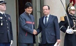 """Le président bolivien Evo Morales, reçu mercredi à l'Elysée par François Hollande, a indiqué avoir évoqué d'éventuels """"transferts de technologie française au meilleur prix"""" se disant particulièrement intéressé par les avions et hélicoptères d'EADS."""