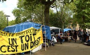Expulsés d'un squat qu'ils occupaient depuis le début de l'année, des réfugiés latino-américains ont installés un campement de fortune aux abords de la mairie de Saint-Ouen. (Ici, le 8 août 2019).