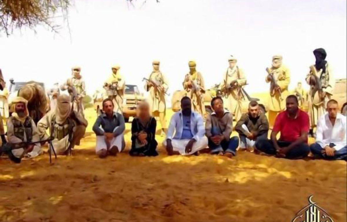 """Le président malien, Amadou Toumani Touré, se dit """"certain"""" qu'Al-Qaïda au Maghreb islamique (Aqmi) a dispersé ses sept otages, dont cinq Français, """"en plusieurs groupes"""", dans un entretien à paraître samedi dans Le Parisien. – Grab afp.com"""