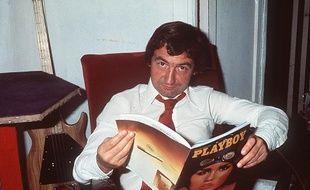 Pierre Desproges en pleine lecture.