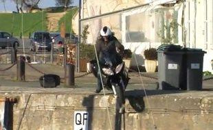 Un journaliste du magazine Moto journal perd le contrôle de sa moto, sur le port de Saint-Martin-de-Ré (Charente-Maritime).