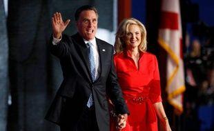 Ann et Mitt Romney saluent les supporteurs républicains, le 29août 2012 à Tampa, en Floride.