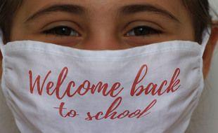 Illustration d'une enfant avec un masque à l'école.