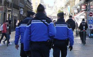 Des gendarmes patrouillent dans les rues de Rennes.