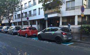 L'une des stations de véhicules autopartagées de l'entreprise Zipcar créées en voirie à Paris.