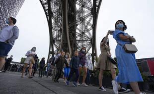 Pour les visiteurs ne pouvant présenter de pass sanitaire à l'entrée de la tour Eiffel, mesure obligatoire qui entre en vigueur ce mercredi, des tests antigéniques seront proposés à l'entrée du monument parisien.