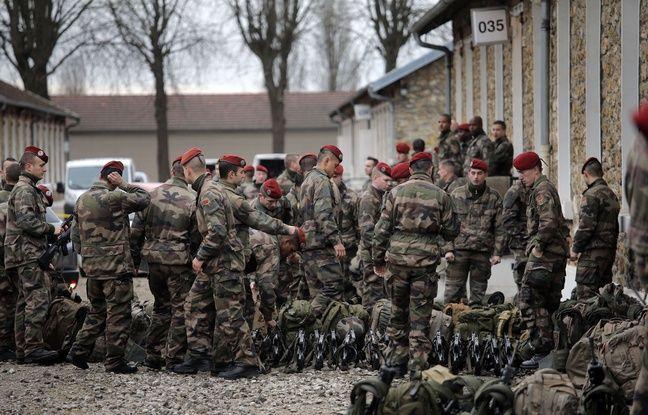 Des soldats se préparent aux missions de surveillance du territoire, au camp de Satory à Versailles, le 13 janvier 2015.