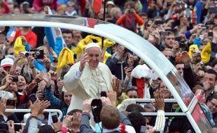 Le pape François à bord de la papamobile traverse la place Saint Pierre à Rome après la cérémonie de canonisation de Jean Paul II et Jean XXIII le 27 avril 2014