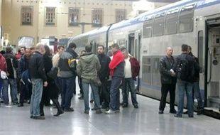 """""""Si on reprend le travail aujourd'hui, c'est mort!"""", lance une guichetière: les cheminots de Marseille, à l'exception des conducteurs de train, ont voté à la majorité pour la reprise du travail jeudi, mais les divergences étaient manifestes à la sortie des assemblées générales."""