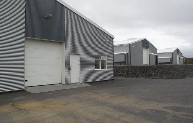 Plusieurs hangars en tôle argentée d'apparence anodine abritent les fameuses machines.