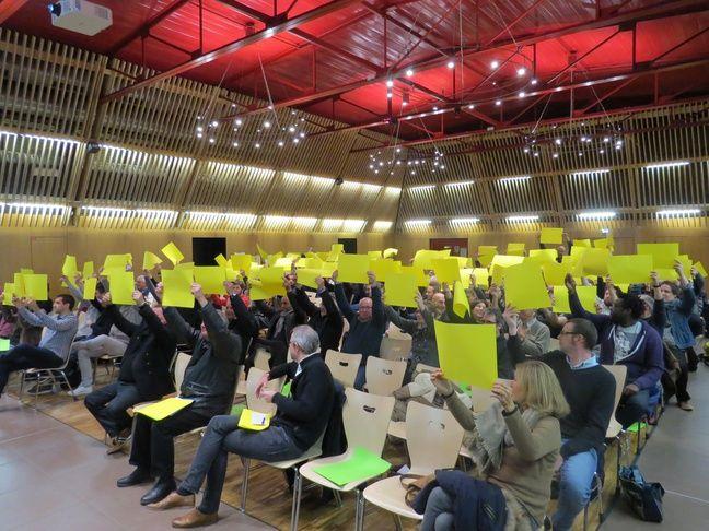 Les 150 personnes ont voté en brandissant une feuille jaune pour réclamer davantage de concertation sur ce projet de Nantes métropole.