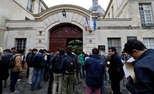 Photo d'illustration de lycéens devant leur établissement.