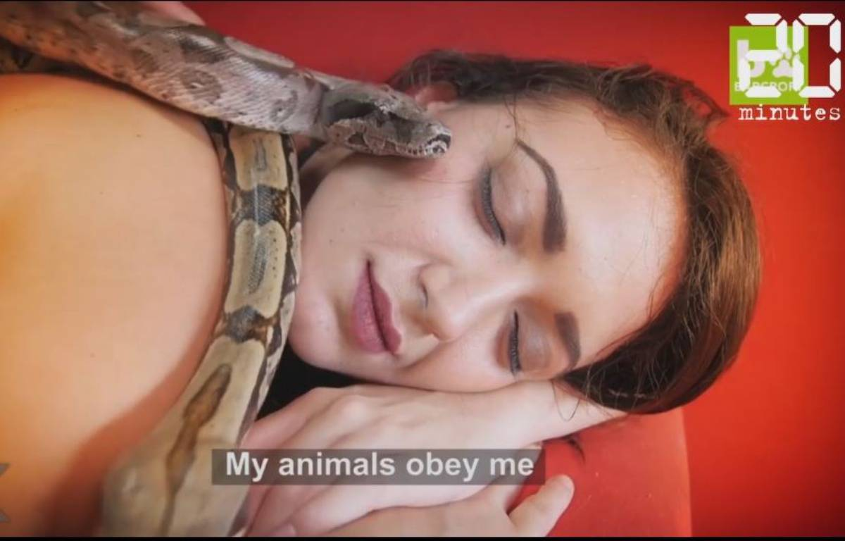 Elle se fait masser par des serpents - Le Rewind – Capture d'écran