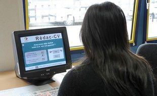 Une femme regarde les instructions pour faire un CV à Pôle Emploi le 28 juillet 2011.