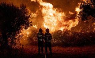 Des pompiers tentent de maîtriser un gigantesque incendie de forêt près de Cardigos, dans le centre du Portugal, le 21 juillet 2019