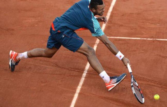 Jo-Wilfried Tsonga à la lutte avec Stanislas Wawrinka durant leur match qui ne s'ests pas terminé , le 3 juin 2012 à Rolnad-Garros.