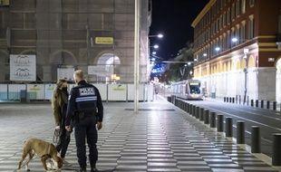 Controle de la police municipale pendant le couvre-feu, place Masséna à Nice, le 24 octobre 2020