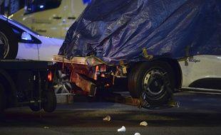 La fourgonnette qui a foncé dans la foule, tuant au moins 13 personnes et blessant environ 100 personnes, est remorquée à Barcelone le 18 août 2017. AFP PHOTO / Josep LAGO