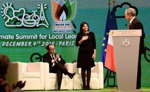 L'ancien maire de New York Michael Bloomberg regarde le président Francois Hollande et la maire de Paris Anne Hidalgo à Paris le 4 décembre 2015