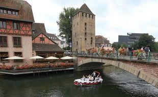 Illustration. Bateau en location sans permis à Strasbourg dans le quartier de la Petite France.