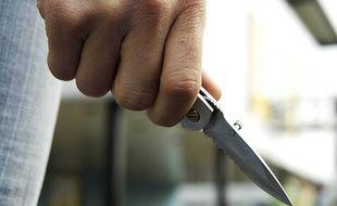 Un homme armé d'un couteau. Illustration.