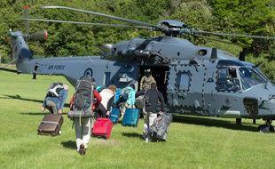 Des touristes montent dans un hélicoptère de l'armée néo-zélandaise à Kaikoura, le 15 novembre 2016.