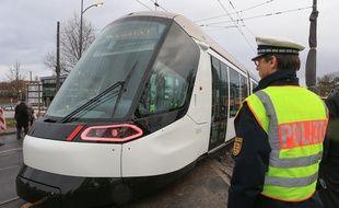 Strasbourg le 3 février 2017. Le tram de la ligne D  franchit le Rhin pour la première fois et arrive en Allemagne, à Kehl.