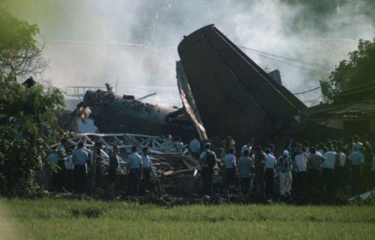 Six personnes ont trouvé la mort dans l'accident d'un Fokker de l'armée indonésienne qui s'est écrasé jeudi sur une zone résidentielle de l'est de Jakarta, selon un premier bilan rendu public par un porte-parole de l'armée de l'air. – Ade Adeirawan afp.com