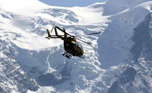 Intervention d'un hélicoptère après une avalanche en montagne. (Illustration)