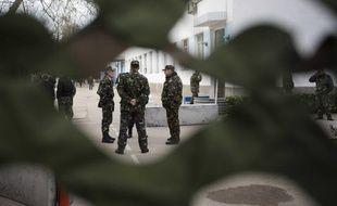 Des soldats ukrainiens gardent la base navale de Sébastopol, en Crimée, le 6 mars 2014.