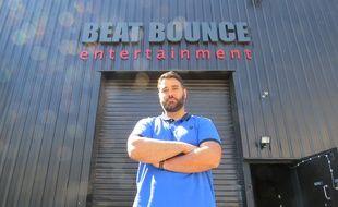 Mike Ponticelli devant les studios de Beat Bounce