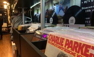 Alors que la vente du CD est en chute libre, vinyles et platines partent comme des petits pains chez les disquaires.