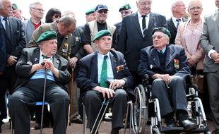 René Rossey, Léon Gautier et Jean Morel lors d'une cérémonie de commémoration du Débarquement, à Ouistreham le 5 juin 2014.