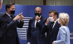 Les tensions ont été fortes entre le Premier ministre des Pays-Bas Mark Rutte (à gauche) et Emmanuel Macron lors du sommet européen (du 18 au 21 juillet 2020) destiné à conclure le plan de relance et le budget de l'UE.
