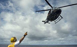 Un hélicoptère Bell 412 s'apprête à atterrir sur un porte-avions en plein océan Pacifique (illustration).