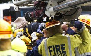 Des secouristes sortent une femme des ruines d'un immeuble après le tremblement de terre dans le centre de Christchurch, le 23 février 2011.
