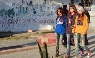Des jeunes filles marchent le long de l'avenue Mohamed Bouazizi le 4 décembre 2015 à Sidi Bouzid en Tunisie