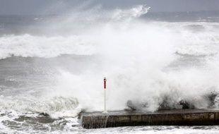 Le puissant cyclone Bejisa devrait commencer à s?éloigner de la Réunion dans la nuit de jeudi à vendredi après avoir frôlé en fin d'après-midi la côte ouest de l?île où 15 personnes ont été blessées dont deux grièvement.