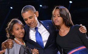 Barack Obama entre ses filles Sasha et Malia le 6 novembre 2012 à Chicago