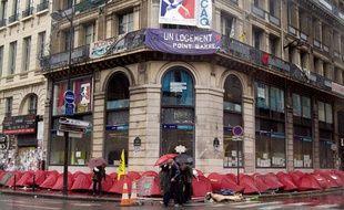 Des tentes sont disposées devant le «Ministère de la crise du logement», rue de la banque à Paris, le 29 octobre 2007