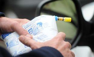 Un contrôle d'alcoolémie sur un conducteur. Illustration.