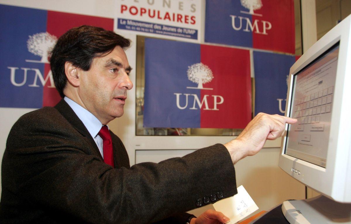 François Fillon vote sur un écran tactile, le 20 novembre 2004 à la permanence de son parti au Mans. – JEAN-FRANCOIS MONIER / AFP