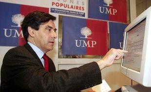 François Fillon vote sur un écran tactile, le 20 novembre 2004 à la permanence de son parti au Mans.