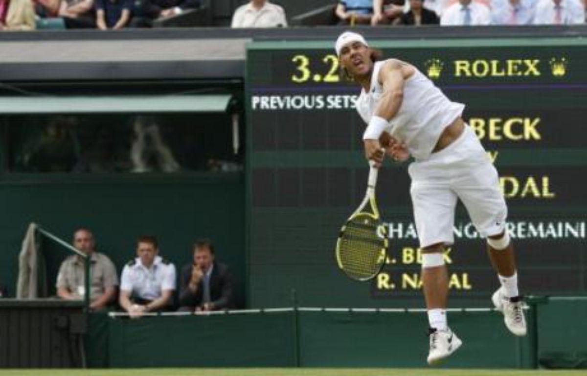 L'Espagnol Rafael Nadal, qui ambitionne le sacre après deux finales perdues contre Roger Federer, est entré en douceur dans le tournoi de Wimbledon mardi, battant sans souci un néophyte allemand, Andreas Beck, qui lui a permis de roder son service. – Adrian Dennis AFP