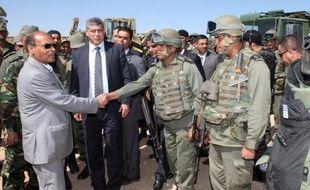 Le président Moncef Marzouki avec des soldats tunisiens lors d'une visite le 6 mai 2014 sur le mont Chaambi