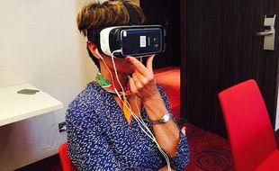 Catherine pendant l'exercice de réalité virtuelle.