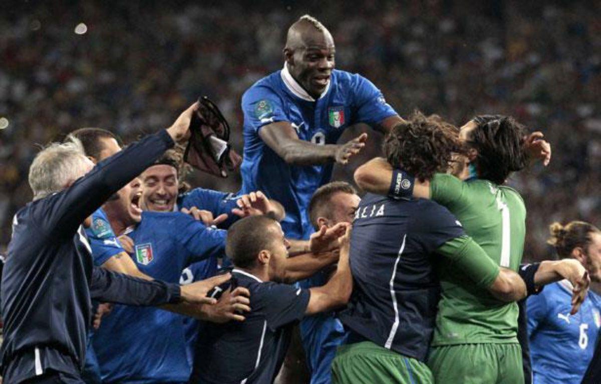 L'équipe d'Italie fête la qualification face à l'Angleterre, acquise aux tirs au but, à Kiev, le 24 juin 2012. – Ivan Sekretarev/AP/SIPA