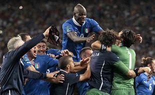 L'équipe d'Italie fête la qualification face à l'Angleterre, acquise aux tirs au but, à Kiev, le 24 juin 2012.